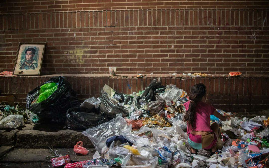 El ocaso de Venezuela: Buscar en la basura para callar el hambre